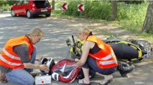 Erste Hilfe bei Motorradunfall. © DEGENER