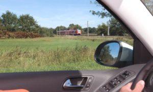 An Bahnübergängen ist immer Vorsicht und kritische Umsicht geboten. © DEGENER