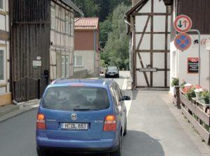 Parkverbote - vor allem an Engstellen - dienen auch dem Durchkommen von Rettungsfahrzeugen. © DEGENER