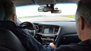 """Fahrlehrer Uwe Wenzel (FS Downtown) lässt den erblindeten Achim Wenger auf der 2,5 km langen Startbahn """"schalten und walten"""". © DEGENER"""
