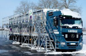 Lkw-Fahrer können ihre Fahrzeuge mit Enteisungsanlagen von Schnee und Eis befreien. Foto: Günzburger Steigtechnik