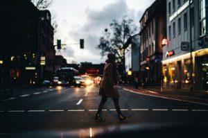 Wer bei Dämmerung mit dunkler Kleidung unterwegs ist, ist aus Fahrzeugen nur schwer sichtbar, mahnt der DVR. Quelle: Rodan Can/Unsplash