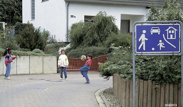 """Verkehrsberuhigter Bereich: """"Kinderspiele sind überall erlaubt""""."""
