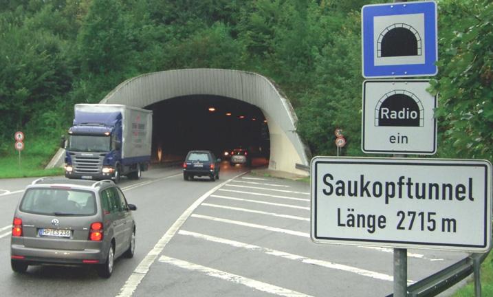 Sicher durch den Tunnel: Sonnenbrille ab, Abblendlicht und Radio an – und Verkehrszeichen beachten! © DEGENER