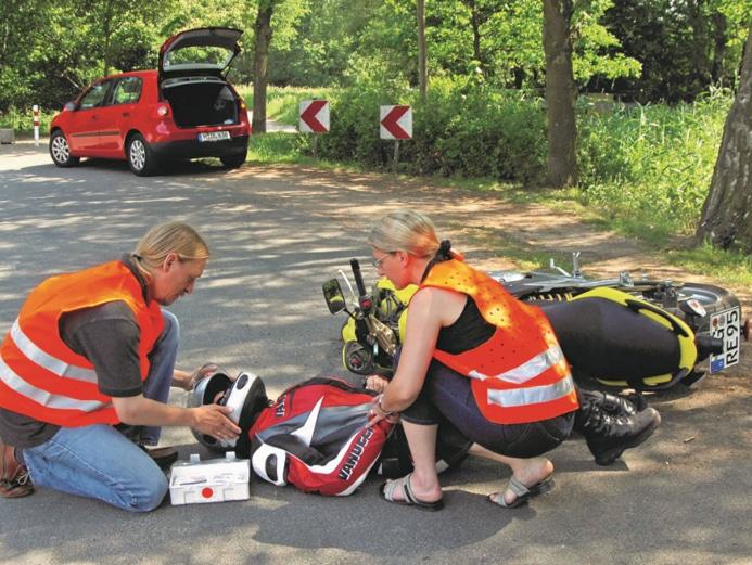 Vor der Ersten Hilfe: Warnweste anziehen, Unfallstelle absichern. © DEGENER