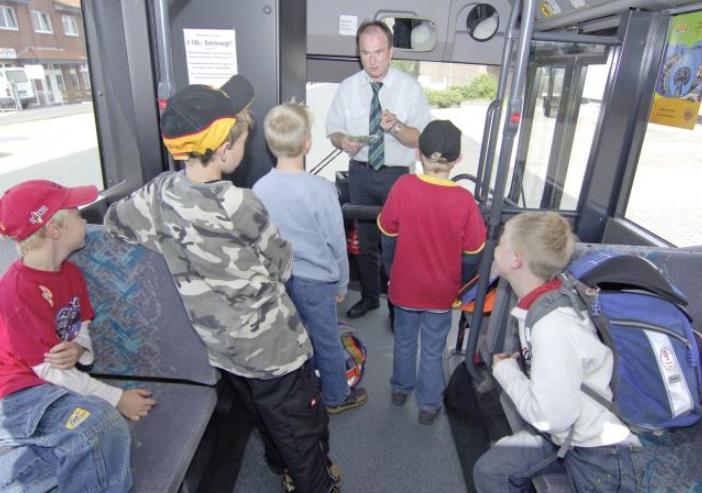 Klare Regeln für die Schüler im Bus © DEGENER