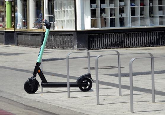 So ist es recht: E-Scooter-Verleiher gehen jetzt auch selbst gegen Parksünder vor. © DEGENER