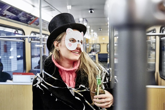 Wer nach einem feuchtfröhlichen Abend in Bus, Bahn oder ins Taxi steigt, kann eigentlich nichts falsch machen. Foto: HUK-COBURG/Olaf Tiedje